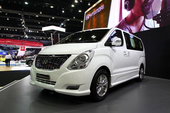 บริษัท ฮุนได มอเตอร์ (ไทยแลนด์) จำกัด เปิดตัว ฮุนได เอช-วัน และ แกรนด์ สตาร์เร็กซ์รุ่นใหม่ ตอกย้ำความเป็นผู้นำตลาดรถอเนกประสงค์ขนาดใหญ่ และครั้งแรกของประเทศไทย กับการเผยโฉมรถยนต์ระดับไฮเอนด์กับ เจเนซิส รถยนต์ระดับหรู และทรงพลัง ในงาน บางกอก อินเตอร์เนชันแนล มอเตอร์โชว์ ครั้งที่ 37 สร้างความหรูหราทันสมัย ตอบความต้องการแก่ลูกค้าทุกระดับ