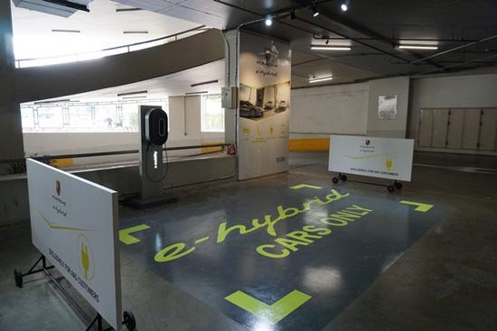 Porsche E-Hybrid Charging Station,ชาร์จแบตเตอรี่ไฟฟ้า,สถานีบริการชาร์จแบตเตอรี่ไฟฟ้า,Porsche E-Hybrid Charging Station สยามพารากอน,โชว์รูมปอร์เช่,Cayenne S E-Hybrid,Panamera S E-Hybrid