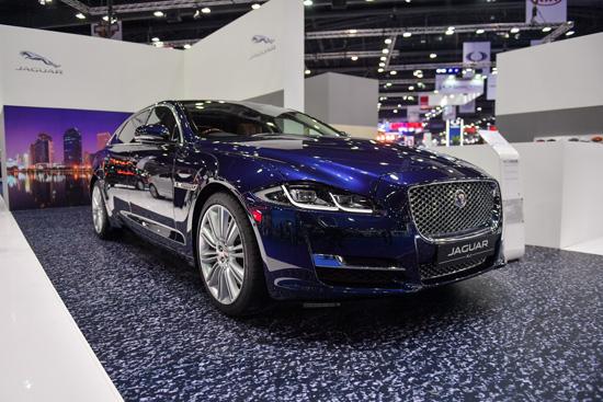 """อินช์เคป ผู้แทนจำหน่ายรถยนต์จากัวร์แลนด์โรเวอร์เพียงผู้เดียวในประเทศไทย ประกาศนำ 4 รถหรูครบทุกเซ็กเมนต์ พร้อมนวัตกรรมระบบอินโฟเทนเมนต์ในรถรุ่นล่าสุดที่พัฒนาขึ้นเพื่อคนยุคดิจิตอลบุกมอเตอร์โชว์ สร้างประสบการณ์การขับขี่ที่เหนือระดับ เน้นการบริการหลังการขายที่ให้ความมั่นใจ สร้างฐานตลาดที่แข็งแกร่งเพื่อก้าวสู่เจ้าตลาด  นายชาญชัย มหันตคุณ กรรมการผู้จัดการ บริษัท อินช์เคป จำกัด (ประเทศไทย) เปิดเผยว่า """"จากความสำเร็จในการเปิดตลาดจากัวร์แลนด์โรเวอร์เมื่อปลายปีที่ผ่านมา ได้รับการตอบรับที่ดีมากอย่างต่อเนื่องจากลูกค้าจนทำให้ในไตรมาสแรกของปีนี้ บริษัทฯ สามารถทำยอดขายได้ถึง 33% ของเป้าหมายทั้งปี จึงมั่นใจว่าจะประสบความสำเร็จอย่างแน่นอน  และเพื่อตอบแทนลูกค้า บริษัทฯ จึงได้เข้าร่วมงานมอเตอร์โชว์ 2017 ด้วยพื้นที่บูธที่ใหญ่ขึ้นเป็นสองเท่า รวมทั้งคัดรถยนต์รุ่นยอดนิยมและมอบข้อเสนอที่น่าสนใจให้แก่ลูกค้าด้วยแคมเปญผ่อนแบบ Balloon และอัตราผ่อนสบายรายเดือน""""  สำหรับรถยนต์ 4 รุ่นที่เป็นไฮไลต์ได้แก่ •ออลนิว จากัวร์เอฟเพซ  เอสยูวีสมรรถนะสูง โดดเด่นด้วยรูปลักษณ์ที่ปราดเปรียวหรูหรา ออกแบบมาเพื่อการใช้งานเอนกประสงค์ ครบทุกประโยชน์ใช้สอยในชีวติประจำวัน   เครื่องยนต์ดีเซล 180PS 2.0 ลิตร เกียร์อัตโนมัติ AWD มาพร้อมระบบอินโฟเทนเมนต์ล่าสุด InControl Touch Pro ที่ให้เชื่อมต่อได้ทุกเวลา และกุญแจแบบ Activity Key ครั้งแรกของโลกในรูปแบบสายรัดข้อมือที่มีคุณสมบัติกันน้ำเพื่อไลฟ์สไตล์ที่ไม่หยุดนิ่ง ราคาเริ่มต้น 4,699,000 บาท  โปรโมชั่นพิเศษ ผ่อนเริ่มต้นสบายๆ เพียง 43,060 บาทต่อเดือน  •เรนจ์โรเวอร์ อีโวค  ครอสโอเวอร์หรู พร้อมเครื่องยนต์ Ingenium 4 สูบ เทอร์โบน้ำหนักเบาที่ให้สมรรถนะสูง ตอบสนองทันใจ ประหยัดน้ำมันและปล่อยไอเสียต่ำ  มาพร้อมระบบอินโฟเทนเมนต์ล่าสุด InControl Touch Pro ที่ให้เชื่อมต่อได้ทุกเวลาและกราฟิกความละเอียดสูง ราคาเริ่มต้น 3,990,000 บาท    •จากัวร์ เอ็กซ์เอฟ เครื่องยนต์ดีเซล Ingenium 2.0 ลิตรเทอร์โบ ที่ให้พลังแรงและเป็นมิตรต่อสิ่งแวดล้อมโดยผ่านมาตรฐาน Euro NCAP ระดับ 5 ดาว  ผสานความสะดวกสบายของรถยนต์ขนาดใหญ่ 5 ที่นั่งเข้ากับรูปลักษณ์แนวสปอร์ต  พร้อมระบบอินโฟเทนเมนต์ InControlTM Touch Pro เพื่อการเชื่อมต่อไร้ขีดจำกัด ระบบนำทางผ่านดาวเทียม และเครื่องเสียงคุณภาพเยี่ยม ราคาเริ่มต้น 4,499,000 บาท  •เ"""