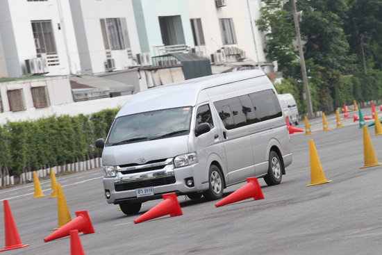 โตโยต้าจับมือกรมการขนส่งทางบก,กรมการขนส่งทางบก,โครงการรถตู้โดยสารสาธารณะขับขี่ปลอดภัย,Toyota Driving Experience Park,อาคม เติมพิทยาไพสิฐ,รัฐมนตรีว่าการกระทรวงคมนาคม,คนขับรถตู้โดยสารสาธารณะ