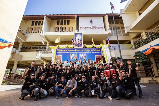 """รอยัล เอนฟิลด์ รถมอเตอร์ไซค์คลาสสิคขนาดกลางสายพันธุ์อังกฤษที่มียอดขายเติบโตรวดเร็วที่สุดในโลก จัดทริปพาลูกค้ารอยัล เอนฟิลด์ ทั้งชาวไทยและต่างชาติออกเดินทางไกลสู่ภาคเหนือไปกับทริป """"Tour of Thailand 2017"""" ทริปการขับขี่มอเตอร์ไซค์ผ่านเส้นทางที่มีทิวทัศน์สวยงามในเส้นทาง 1,557 กิโลเมตรจากกรุงเทพฯ ถึงเชียงใหม่ตลอดระยะเวลา 7 วัน ทริปนี้มีเจ้าของมอเตอร์ไซค์รอยัล เอนฟิลด์ออกเดินทางพร้อมมอเตอร์ไซค์คู่ใจถึง 30 กว่าชีวิต โดยผู้ร่วมทริปทุกคนจะได้สัมผัสประสบการณ์การขับขี่มอเตอร์ไซค์สไตล์โมเดิร์นคลาสสิคของรอยัล เอนฟิลด์ ในระยะทางไกล ภายใต้การผจญภัยในเส้นทางผ่านหุบเขาและทิวทัศน์ที่สวยงามของธรรมชาติตลอดเส้นทางขึ้นสู่ภาคเหนือของประเทศไทย   คาราวานรถมอเตอร์ไซค์รอยัล เอนฟิลด์ บนเส้นทางสู่ภาคเหนือกับ Tour of Thailand 2017 สำหรับ """"Tour of Thailand 2017"""" ครั้งนี้นับเป็นทริปทางไกลครั้งแรกสำหรับลูกค้ารอยัล เอนฟิลด์ทั้งชาวไทยและต่างชาติสำหรับการขี่รถในภาคเหนือประเทศไทย โดยรอยัล เอนฟิลด์วางแผนจัดเป็นทริปประจำปีเพื่อให้ลูกค้ามีโอกาสสัมผัสประสบการณ์การขับขี่ทางไกลผ่านมอเตอร์ไซค์รอยัล เอนฟิลด์ สอดคล้องกับปรัชญาของแบรนด์ที่มุ่งเน้นให้ลูกค้าได้สัมผัสประสบการณ์การขับขี่อย่างแท้จริงจากมอเตอร์ไซค์สไตล์โมเดิร์นคลาสสิคของรอยัล เอนฟิลด์ โดยทริปนี้จะช่วยให้รอยัล เอนฟิลด์เติมเต็มความต้องการทางด้านประสบการณ์การขับขี่ของลูกค้าผ่านการขับขี่บนเส้นทางที่หลากหลายและมีความสนุกของเส้นทางที่แตกต่างกัน พร้อมชมทิวทัศน์อันสวยงาม ตลอดจนเข้าเยี่ยมชมสถานที่อันเป็นแลนด์มาร์คของจังหวัดต่างๆ ตลอดทางในระยะเวลา 1 สัปดาห์ อาทิเช่น การสักการะจิตรกรรมฝาผนังอุโบสถอันล้ำค้า ณ วัดภูมินทร์ และเที่ยวชมบ่อเกลือสินเธาว์ภูเขา ซึ่งเป็นบ่อเกลือเพียงแห่งเดียวในโลกที่อยู่บนภูเขาในจังหวัดน่าน การขี่รถเที่ยวชมกว๊านพะเยา การเยี่ยมชมวัดร่องขุ่น หนึ่งในวัดที่สวยงามที่สุดในประเทศไทย พร้อมการสัมผัสอากาศหนาวต่ำกว่า 10 องศาบนดอยแม่สลอง ของจังหวัดเชียงราย รวมถึงการขี่รถเทียวชมวิวภูเขา ณ ดอยแม่สะเมิง จังหวัดเชียงใหม่ ก่อนจะส่งท้ายทริป Tour of Thailand 2017 ด้วยปาร์ตี้มอบเกียรติบัตรให้แก่ผู้เข้าร่วมทริปทุกท่านที่สามารถพิชิตเส้นทางกว่าพันโค้งบนเขา และข้ามผ่านอุปสรรคบนถนนออฟโรดสุดท้าทาย ซึ่งเป็นเส้นทางในฝันของเหล่าไบค์เกอร์ ด้วยการขี่รถรอยัล เอนฟิลด์ตลอ"""