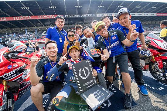 """นี่คือยุคเป็นขาขึ้นของกีฬามอเตอร์สปอร์ตในบ้านเราทั้งแบบ 2 ล้อ และ 4 ล้อ โดยเฉพาะอย่างยิ่งกับการที่ประเทศไทย จะได้เป็นเจ้าภาพจัดการแข่งขัน โมโตจีพี ครั้งแรกในประวัติศาสตร์ ระหว่างวันที่ 5-7 ตุลาคมที่กำลังจะถึงนี้  ความสำเร็จจากสนามแรกของ เอเชีย โรด เรซซิ่ง แชมเปี้ยนชิพ 2018 เมื่อสุดสัปดาห์ที่ผ่านมา บอกอะไรกับเราได้บ้าง  ก่อนจะไปถึงเดือนตุลาคม มีหลายอีเวนต์ที่พิสูจน์ให้เห็นแล้วว่า """"กีฬามอเตอร์สปอร์ต"""" จะนำพาประเทศไทยก้าวขึ้นสู่เวทีสากลในด้านกีฬามากขึ้นตามลำดับ แถมยังพ่วงด้วยระบบเศรษฐกิจที่หมุนเวียนอย่างต่อเนื่อง และที่ไม่พูดถึงไม่ได้คือการเติบโตของโครงการกีฬามอเตอร์สปอร์ตในบ้านเรานั่นเอง  เมื่อกลางเดือนกุมภาพันธ์ที่ผ่านมา ชาวไทยได้สัมผัสบรรยากาศของ โมโตจีพี กันเป็นครั้งแรกในการทดสอบอย่างเป็นทางการครั้งที่ 2 ของ โมโตจีพี 2018 ในช่วงวินเทอร์เทสต์ ซึ่งเป็นครั้งแรกของประเทศไทย เราได้เห็นการทำงานของระดับโลกทั้งนักบิดอย่าง วาเลนติโน รอสซี่, มาร์ค มาร์เกซ, ฮอร์เก ลอเรนโซ, มาเวริค บีญาเลส และ อันเดรีย โดวิซิโอโซ รวมถึงนักบิดระดับพระกาฬคนอื่นๆ อีกกว่า 20 ชีวิต กับการลงทดสอบร่วมกับทีม  แม้จะเป็นเพียงการทดสอบ แต่ได้สร้างความตื่นตัวให้กับวงการมอเตอร์สปอร์ตไทยอย่างไม่เคยเกิดขึ้นมาก่อน แฟนๆ กว่า 50,000 คน จากทั่วประเทศเดินทางเข้าชมการทดสอบ (ถ้าถึงตอนแข่งจริงน่าจะมากกว่าราว 3 เท่าตัว) เมืองบุรีรัมย์ และอำเภอรอบข้างคึกคักอย่างมาก เศรษฐกิจหมุนเวียนอย่างไม่ขาดสาย  มีคำถามว่า """"โมโตจีพี"""" จะช่วยให้วงการมอเตอร์สปอร์ตพัฒนาขึ้นได้อย่างไร? เพราะดูเหมือนไกลตัวและเราขาวไทยอาจทำได้ดีที่สุดแค่เพียงนั่งชมทางจอทีวี หรือซื้อบัตรเข้าชมเท่านั้น...   คำถามนี้มันมีคำตอบในตัว เพราะที่ผ่านมาไทยเรามีนักบิดหลายคนโลดแล่นในระดับเวิลด์กรังด์ปรีซ์ นับตั้งแต่ """"ฟิล์ม"""" รัฐภาคย์ วิไลโรจน์ จาก ฮอนด้า กับประสบการณ์กว่า 10 ปีในคลาสมิดเดิ้ลเวท (250 ซี.ซี. และ โมโตทู), """"ติ๊งโน๊ต"""" ฐิติพงศ์ วโรกร ในโมโตทู (จาก ฮอนด้า ในขณะนั้น) รวมถึงการลงแข่งด้วยสิทธิ์ไวด์การ์ดของ """"ตั้น"""" เดชา ไกรศาสตร์ จาก ยามาฮ่า และนักบิดไทยคนอื่นๆ  ล่าสุดในปี 2017 """"ชิพ"""" นครินทร์ อธิรัฐภูวภัทร์ สังกัด ฮอนด้า ทีม เอเชีย ขยับขึ้นไปสู่คลาสเล็กของเวิลด์กรังด์ปรีซ์อย่าง โมโตทรี และปีนี้คือปีที่ 2 ของเขาในการพิสูจน์ตัวเองในระดับโลก นอกจากนี้ยังมี """"แสตมป์"""" อภิ"""