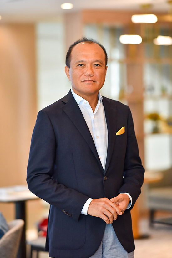 บริษัท ฮอนด้า ออโตโมบิล (ประเทศไทย) ประกาศแต่งตั้ง นายพิทักษ์ พฤทธิสาริกร ประธานเจ้าหน้าที่บริหารปฏิบัติการ บริษัท ฮอนด้า ออโตโมบิล (ประเทศไทย) จำกัด เป็นประธานคณะกรรมการ มีผลตั้งแต่วันที่ 1 เมษายน พ.ศ. 2564 เป็นต้นไป  การขึ้นมารับตำแหน่งประธานคณะกรรมการของนายพิทักษ์ พฤทธิสาริกร ในครั้งนี้นับเป็นอีกก้าวสำคัญที่ได้เปลี่ยนบทบาทจากการบริหารงานโดยตรงมาเป็นการกำกับดูแลการดำเนินงาน พร้อมให้นโยบายและคำแนะนำเชิงกลยุทธ์ อีกทั้งยังเป็นการเปิดโอกาสให้ทีมผู้บริหารรุ่นใหม่ได้แสดงศักยภาพมากยิ่งขึ้น เพื่อร่วมขับเคลื่อนให้บริษัทฯ สามารถดำเนินธุรกิจได้อย่างแข็งแกร่ง ท่ามกลางการแข่งขันที่สูงและการเปลี่ยนแปลงอย่างรวดเร็วในยุคปัจจุบัน   นายพิทักษ์ พฤทธิสาริกร จบการศึกษาระดับปริญญาโทด้านวิศวกรรมไฟฟ้า จากมหาวิทยาลัยเกียวโต ประเทศญี่ปุ่น และเข้าร่วมงานกับฮอนด้ามาตั้งแต่ปี พ.ศ. 2542 โดยได้รับมอบหมายให้รับผิดชอบในตำแหน่งที่สำคัญต่าง ๆ และมีความก้าวหน้าอย่างรวดเร็ว โดยเป็นผู้บริหารเพียงท่านเดียวของบริษัทฯที่ผ่านประสบการณ์ทั้งทางด้านการผลิต การขาย และการตลาด ล่าสุดในปี พ.ศ. 2557  ได้รับความไว้วางใจให้ดำรงตำแหน่งประธานเจ้าหน้าที่บริหารปฏิบัติการ (COO - Chief Operating Officer) ของบริษัทฯ ดูแลครอบคลุมทั้งในส่วนการผลิต งานขาย และการตลาด ซึ่งนับเป็นครั้งแรกที่ฮอนด้าแต่งตั้งผู้บริหารระดับสูงที่เป็นชาวไทยและเป็นคนแรกให้ดำรงตำแหน่งนี้   นอกเหนือจากความรับผิดชอบในประเทศไทยแล้ว นายพิทักษ์ พฤทธิสาริกร ยังได้รับความไว้วางใจให้ดำรงตำแหน่งคณะกรรมการบริหารประจำภูมิภาคเอเชียและโอเชียเนีย (Regional Operating Board) บริษัท ฮอนด้า มอเตอร์ จำกัด ซึ่งนับเป็นผู้บริหารคนแรกที่ไม่ใช่ชาวญี่ปุ่นที่ได้รับตำแหน่งนี้ นานถึง 9 ปี นับตั้งแต่ปี พ.ศ. 2556   นายพิทักษ์ พฤทธิสาริกร ซึ่งเป็นผู้บริหารระดับสูงสุดชาวไทยของบริษัทฯ มีบทบาทสำคัญในการดึงศักยภาพของทีมผู้บริหารและพนักงานคนไทย พร้อมทั้งเครือข่ายผู้จำหน่าย โดยได้ผสานวัฒนธรรม แนวคิด วิธีการ ในการทำงานแบบไทยและญี่ปุ่นให้กลมกลืนและผนึกกำลังไปในทิศทางเดียวกัน ส่งผลให้บริษัทฯ สามารถฝ่าฟันความท้าทายต่าง ๆ มากมายและแข็งแกร่งขึ้น จนประสบความสำเร็จในอุตสาหกรรมยานยนต์ของประเทศไทยในหลาย ๆ ด้าน อาทิ ในด้านการขายได้สร้างประวัติศาสตร์ในการขึ้นเป็นผู้จำหน่ายรถยนต์นั่งอันดับหนึ่งของประเ