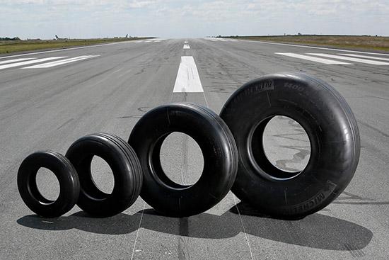 """สายการบิน 'แอร์ พรีเมีย' (Air Premia) ซึ่งมีฐานการบินอยู่ที่ท่าอากาศยานนานาชาติโซล อินชอน ประเทศเกาหลีใต้ จะเริ่มให้บริการเที่ยวบินภายในภูมิภาคเอเชียไปยังกรุงฮานอย (ประเทศเวียดนาม) และกรุงโตเกียว (ประเทศญี่ปุ่น) เร็ว ๆ นี้ โดยมีแผนที่จะให้บริการเที่ยวบินบนเส้นทางบินระหว่างทวีปในปีต่อ ๆ ไป ทั้งนี้ ภายในปี 2567 'แอร์ พรีเมีย' ตั้งเป้าที่จะติดตั้งยาง 'มิชลิน แอร์ เอ็กซ์' (MICHELIN Air X) ที่มาพร้อมเทคโนโลยียางล้อที่แทบไม่มีการขยายตัว หรือ Near Zero Growth (NZG) อันเป็นสิทธิบัตรเฉพาะของมิชลิน ให้กับฝูงบินซึ่งประกอบด้วยเครื่องบินโบอิ้ง 787-9 จำนวน 10 ลำ   เทคโนโลยี NZG พัฒนาขึ้นในระยะแรกสำหรับเครื่องบินเจ็ทความเร็วเหนือเสียง หรือ """"คอนคอร์ด"""" (Concorde) เพื่อให้เป็นไปตามข้อกำหนดด้านความปลอดภัยและการดำเนินงานที่เข้มงวด เนื่องจากยางล้อเครื่องบินใช้แรงดันลมยางสูง (20 บาร์) เมื่อเทียบกับยางล้อประเภทอื่น (2.5 บาร์ สำหรับยางรถยนต์) เพื่อให้สามารถรองรับน้ำหนักเครื่องบินทั้งลำได้ ทั้งนี้ การเคลื่อนที่ด้วยความเร็วสูงเพื่อนำเครื่องขึ้นหรือร่อนลงจอดอาจส่งผลให้ยางล้อเครื่องบินขยายตัวจากแรงเหวี่ยงหนีศูนย์ แต่ด้วยเทคโนโลยี NZG ที่ช่วยลดการขยายตัวของยางตามแนวเส้นผ่าศูนย์กลาง ส่งผลให้ยางมีความคงทนและทนทานต่อความเสียหายอันเกิดจากวัสดุแปลกปลอมได้ดียิ่งขึ้น  การนำเทคโนโลยี NZG มาใช้ในยาง 'มิชลิน แอร์ เอ็กซ์' (MICHELIN Air X) ช่วยให้ต้นทุนในการดำเนินธุรกิจโดยรวมของสายการบินฯ ลดลงเมื่อเทียบกับการใช้ยางเรเดียลมาตรฐานทั่วไป เนื่องจากยาง 'มิชลิน แอร์ เอ็กซ์' สามารถรองรับจำนวนครั้งในการนำเครื่องร่อนลงจอดได้สูงกว่าปกติถึงร้อยละ 30 ทั้งยังมีประสิทธิภาพการใช้เชื้อเพลิงดียิ่งขึ้นและมีความทนทานต่อความเสียหายเป็นเยี่ยม นอกจากนี้ เทคโนโลยี NZG ยังช่วยเพิ่มความแข็งแกร่งให้กับยางและลดความสิ้นเปลืองเชื้อเพลิง ส่งผลให้ปริมาณการปล่อยก๊าซคาร์บอนไดออกไซด์ลดต่ำลงตามไปด้วย  วิรัช ตันสุวรรณนนท์ ผู้อำนวยการฝ่ายการตลาดและฝ่ายขาย ธุรกิจยางเครื่องบิน ประจำมิชลินภาคพื้นเอเชียแปซิฟิก (ยกเว้นประเทศจีน) เปิดเผยว่า """"เรารู้สึกเป็นเกียรติอย่างยิ่งที่ 'แอร์ พรีเมีย' ให้ความไว้วางใจเลือกมิชลินเป็นพันธมิตรผู้ดำเนินการติดตั้งยางล้อให้กับเครื่องบินโบอิ้ง 787-9 ทุกลำทั้งฝูงบิน ทั้งนี้ ยาง 'มิชลิน แอร์ เอ็กซ์' เหมาะอย่างยิ่งสำหรับใ"""