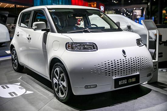 เกรท วอลล์ มอเตอร์ ชวนคนไทยทำความรู้จัก ORA แบรนด์รถยนต์ไฟฟ้า 100% ที่น่าจับตามองที่สุดในขณะนี้ ที่มาพร้อมเทคโนโลยีและนวัตกรรมอันชาญฉลาดและล้ำสมัย เพื่อตอบโจทย์ไลฟ์สไตล์และความต้องการของผู้บริโภคที่เปลี่ยนแปลงไปสู่โลกที่ขับเคลื่อนด้วยเทคโนโลยีอันล้ำสมัยและเป็นมิตรกับสิ่งแวดล้อมมากยิ่งขึ้น เตรียมประกาศความพร้อมให้คนไทยได้สัมผัสกันอย่างใกล้ชิดในเร็วๆ นี้  แบรนด์ ORA ก่อตั้งขึ้นอย่างเป็นทางการเมื่อวันที่ 20 สิงหาคม พ.ศ.2561 นับเป็นแบรนด์รถยนต์ไฟฟ้าเต็มรูปแบบ (Battery Electric Vehicle : BEV) แบรนด์แรกของ เกรท วอลล์ มอเตอร์ โดยรถยนต์ไฟฟ้าภายใต้แบรนด์ ORA ได้รับการออกแบบและสร้างสรรค์ด้วยเทคโนโลยีอันล้ำสมัยและเป็นมิตรกับสิ่งแวดล้อม จากทีมงานนักวิจัย นักพัฒนา และนักออกแบบคุณภาพและเปี่ยมไปด้วยความเชี่ยวชาญจากหลากหลายประเทศทั่วโลก ทั้งเยอรมนี ออสเตรีย สหรัฐอเมริกา ญี่ปุ่น และเกาหลีใต้   ชื่อแบรนด์ ORA (อ่าน โอร่า) มาจากการออกเสียงคล้ายเสียง Euler ซึ่งเป็นนามสกุลของ Leonhard Euler นักคณิตศาสตร์และนักฟิสิกส์ชื่อดังของโลกที่เปี่ยมไปด้วยความอัจฉริยะและมีผลงานที่ช่วยต่อยอดสู่นวัตกรรมต่างๆ มากที่สุดคนหนึ่งในโลก สะท้อนถึงรถยนต์จากแบรนด์ ORA ที่เป็นยานยนต์พลังงานใหม่ ที่เปี่ยมไปด้วยความล้ำสมัยและเทคโนโลยีอันชาญฉลาด ส่วนโลโก้ของ ORA ได้ถูกออกแบบเป็นวงกลมซ้อนอยู่ในวงรี มีที่มาจากเครื่องหมายอัศเจรีย์ (!) แสดงถึงความมุ่งมั่นของ เกรท วอลล์ มอเตอร์ ในการสร้างสรรค์ผลิตภัณฑ์อันน่าทึ่ง ที่พร้อมจะสร้างความแปลกใหม่ ตื่นตาตื่นใจ ให้ทุกคนได้เข้ามาเป็นส่วนหนึ่งในโลกของยานยนต์ไฟฟ้าแห่งอนาคต และพบกับความตื่นเต้นที่ไม่รู้จบไปด้วยกัน  รูปลักษณ์ที่เข้าถึงง่ายผสานกับเทคโนโลยีสมัยใหม่อย่างลงตัว สร้างเอกลักษณ์ให้โดดเด่นกว่าที่เคยแบรนด์ ORA จัดเป็นรถยนต์ไฟฟ้า New Category ที่สร้างความแตกต่างจากรถยนต์พลังงานไฟฟ้าเดิมๆ อย่างสิ้นเชิง ด้วยรูปลักษณ์และการดีไซน์แบบไลฟ์สไตล์ทำให้เข้าถึงได้ง่าย ดึงดูดความสนใจด้วยความเป็นแฟชั่นนิสต้า ผสานกับเทคโนโลยีการขับขี่อัจฉริยะอย่างลงตัว โดนใจผู้ขับขี่โดยเฉพาะคนรุ่นใหม่ พร้อมจุดยืนในการสร้างสรรค์รถยนต์ไฟฟ้าที่เป็นมิตรกับสิ่งแวดล้อม แต่สามารถส่งมอบการขับขี่ที่สนุกสนานในทุกๆ เส้นทาง    ORA พลิกโฉมใหม่ให้ตลาดรถยนต์ไฟฟ้าจีน หลังจาก เกรท วอลล์ มอเตอร์ ประกาศเปิดตัวแบรนด์ ORA ในเดื