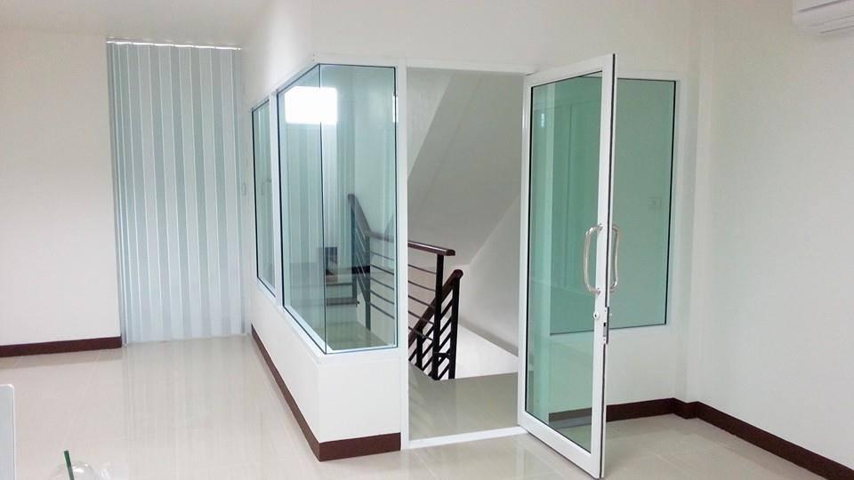ประตูบานสวิง,กระจกบานสวิง