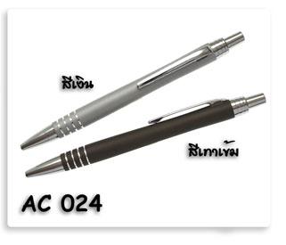 ปากกาโลหะสีเงินและสีเทาดำ เป็นปากกาลูกลื่นอย่างดีพร้อมสกรีนโลโก้ข้อความให้ฟรี