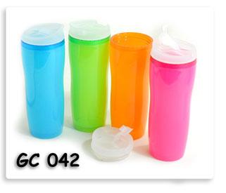กระติกน้ำพลาสติก พร้อมฝาปิดมีช่องดื่มน้ำ หลายสีสรรค์ให้เลือกใช้เป็นของพรีเมี่ยมอย่างดี สกรีนโลโก้ข้อความให้ฟรี
