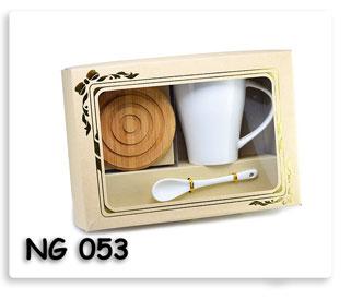 ชุดกี๊ฟเซตแก้วเซรามิกพร้อมช้อนและที่วามแก้วไม้มาในกล่องสวยงามพร้อมสกรีนโลโก้ให้ฟรีที่แก้ว