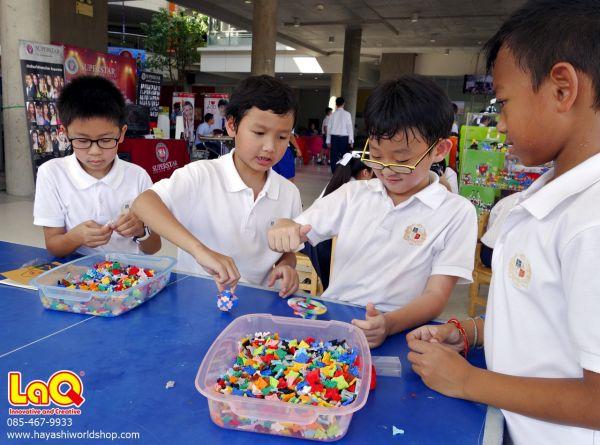 เด็กๆ กำลังเล่นหมุนลูกข่างที่ทำจากตัวต่อเสริมทักษะลาคิว LaQ จากญี่ปุ่น ที่ช่วยเสริมสร้าง IQ และ EQ ให้กับเด็กๆ ได้เป็นอย่างดี