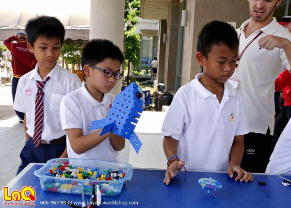เด็กๆ กำลังเล่นตัวโมเดลฉลาม ที่สร้างขึ้นจากตัวต่อเสริมพัฒนาการเด็กลาคิว LaQ จากญีปุ่น ส่วนน้องอีกคนก็เอาตัวต่อลาคิวมาสร้างเป็นลูกข่างที่ใช้หมุนได้