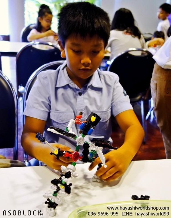 เด็กๆ กำลังเพลิดเพลินกับการเล่นตัวต่ออโซบล็อค ASOBLOCK ในงานสัมมนาที่จัดโดยโรงเรียนสาธิต PIM