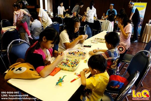 เด็กๆ กำลังเพลิดเพลินกับการเล่นตัวต่อลาคิว LaQ ในงานสัมมนาที่จัดโดยโรงเรียนสาธิต PIM