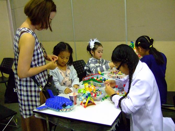 เด็กๆ สนุกสนานกับการหัดต่อลาคิวเป็นสิ่งของต่างๆ ตามจินตนาการของตนเอง