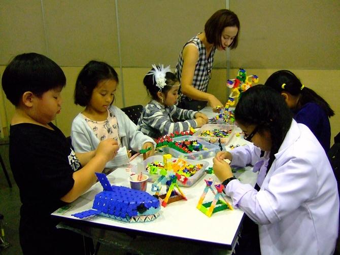เด็กๆ และผู้ปกครองต่างสนุกสนานกับการหัดต่อลาคิวเป็นสิ่งของต่างๆ ตามจินตนาการของตนเอง