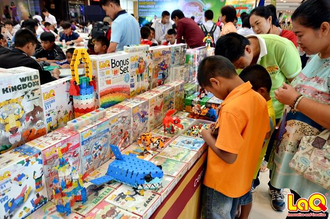 Hayashi World ได้นำสินค้าของ LaQ ASOBLOCK Chieblo ทุกรุ่นไปร่วมจัดโปรโมชั่นในครั้งนี้