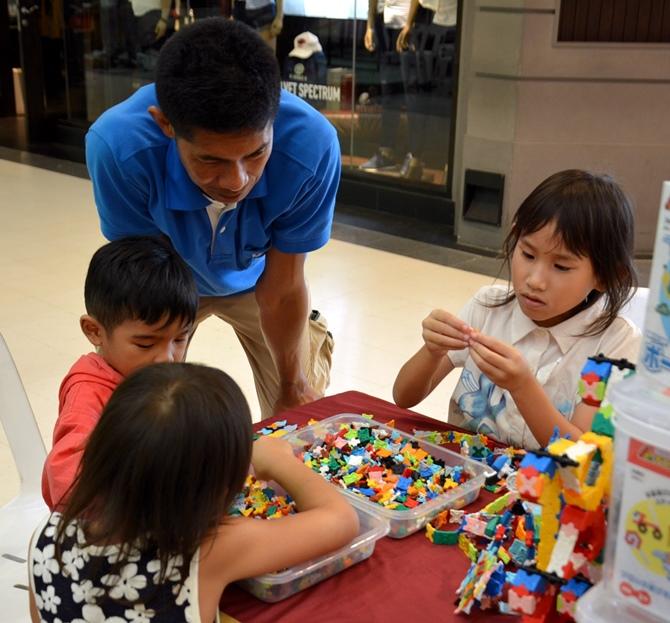เด็กๆ กำลังสนุกกับการเล่นตัวต่อลาคิว ที่บูธของฮายาชิเวิลด์