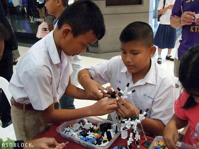 เด็กๆ กำลังสนุกกับการเล่นตัวต่ออโซบล็อค โดยต่อเป็นหุ่นยนต์ ที่บูธของฮายาชิเวิลด์