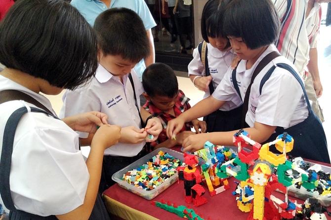 น้องๆ กำลังสนุกกับการเล่นตัวต่อลาคิว ที่ช่วยพัฒนาสมอง และกล้ามเนื้อมัดเล็ก ข่วยเสริมสร้าง IQ, EQ