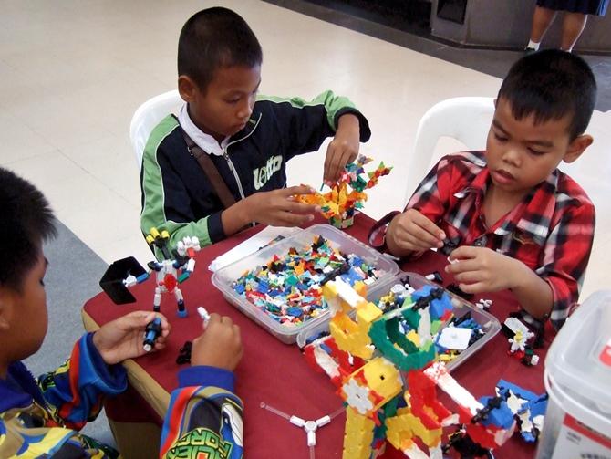 น้องๆ กำลังเล่นตัวต่อลาคิว และตัวต่ออโซบล็อคกันอย่างสนุกสนาน ที่บูธของฮายาชิเวิลด์