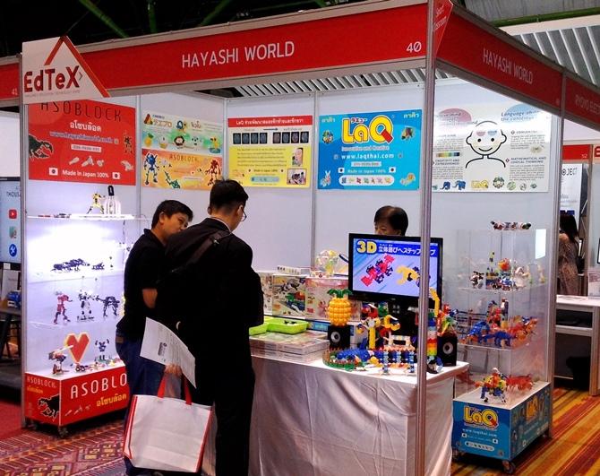 ลูกค้าให้ความสนใจกับสินค้า LaQ ภายในบูธ Hayashi World