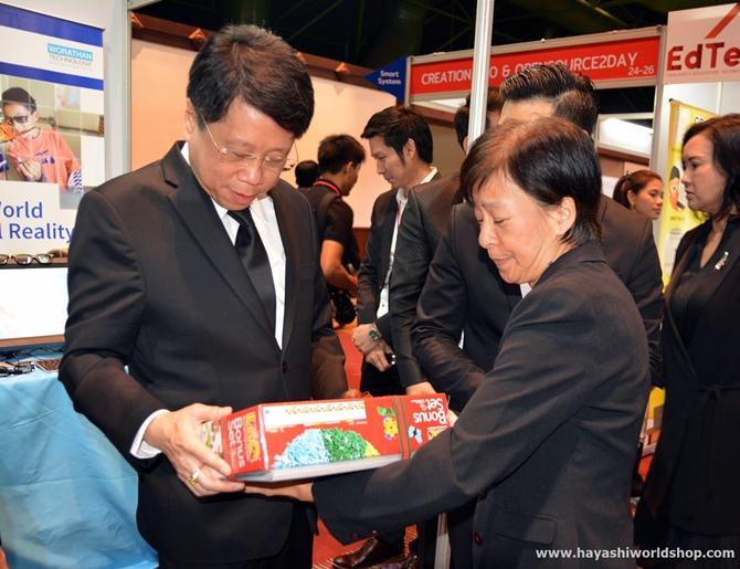 ตัวแทนบริษัท ฮายาชิ เวิลด์ ได้มอง LaQ Bonus Set เป็นของขวัญให้กับท่านรัฐมนตรีกระทรวงศึกษาธิการ