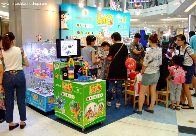 ลูกค้าให้ความสนใจในสินค้า LaQ, ASOBLOCK, Chieblo ที่บูธของ Hayashi World