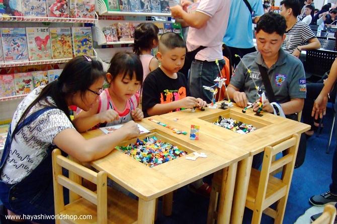 ผู้ปกครองและเด็กๆ ต่างสนุกเพลิดเพลินกับการเล่นตัวต่อ LaQ และ ASOBLOCK