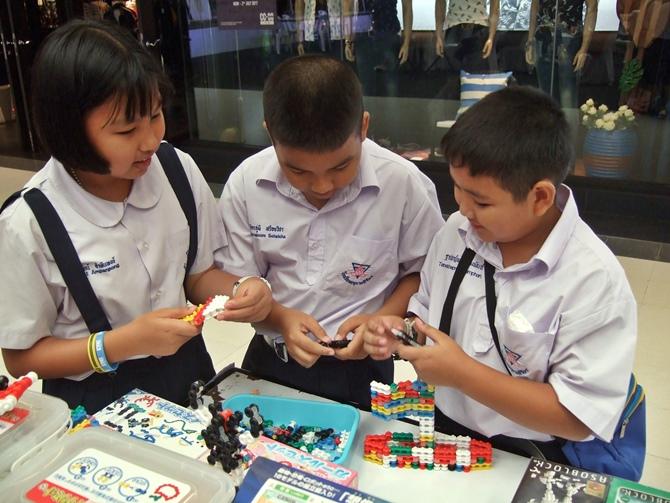 เด็กๆ เพลิดเพลินกับการเล่นตัวต่อจิเอโบะ Chieblo จากญี่ปุ่น