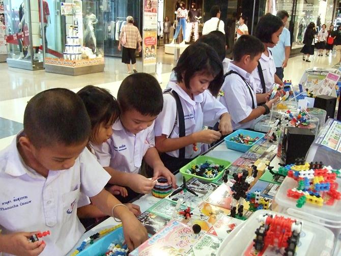 เด็กๆ กำลังสนุกกับการเล่นตัวต่อ LaQ ASOBLOCK Chieblo ในงาน Maxploys Triple Game ที่พิษณุโลก