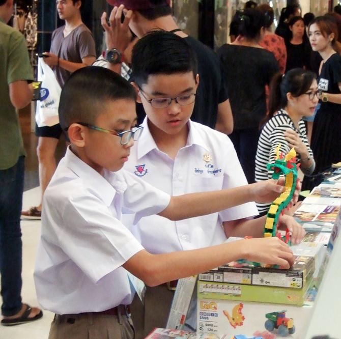 น้องๆ กำลังดูโครงสร้างของตัวมังกรที่ทำจากตัวต่อเสริมพัฒนาการลาคิว LaQ