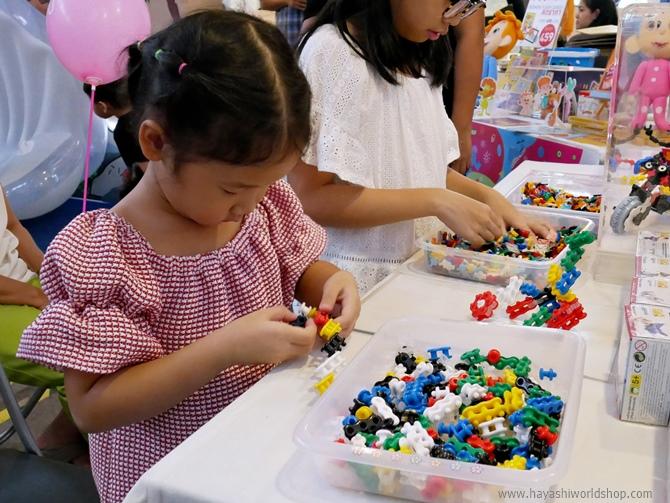 สาวน้อยกำลังใช้ต่อตัว จิเอโบะ (Chieblo) สร้างโมเดลของตัวเอง หลังจากหัดเล่นได้ไม่นาน