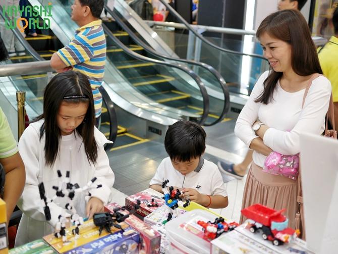 ผู้ปกครองกำลังเฝ้าดูเด็กๆ เรียนรู้การเล่นตัวต่อดโซบล้อค และตัวต่อลาคิว จากญี่ปุ่น