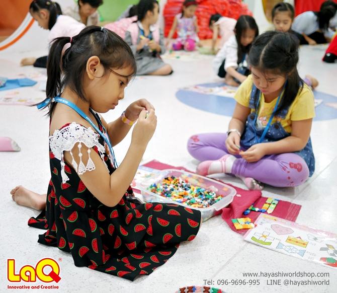พอเร่ิมให้สัญญาณว่าเริ่มเล่นได้ เด็กๆ ต่างก็เริ่มเรียนรู้วิธีการต่อตัวต่อลาคิวกันเลย