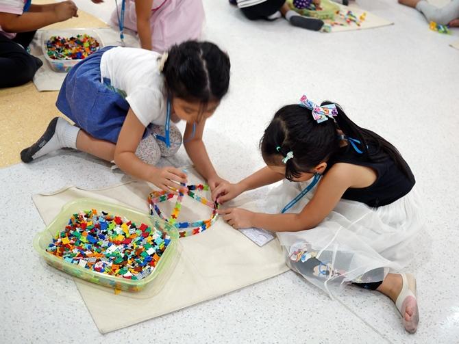 ลาคิวมีระบบล็อคในตัวที่แน่นพอดี เด็กๆ จึงสามารถสร้างเป็นโมเดลที่ซับซ้อนได้สะดวก สามารถทรงรูปได้ดี ไม่พังง่าย