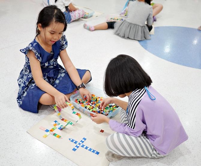 เด็กๆ สามารถใช้ลาคิวสร้างเป็นสิ่งของต่างๆ ได้อย่างอิสระ ช่วยพัฒนากล้ามเนื้อมัดเล็ก และพัฒนาสมองทั้งซีกซ้ายและซีกขวาได้เป็นอย่างดี