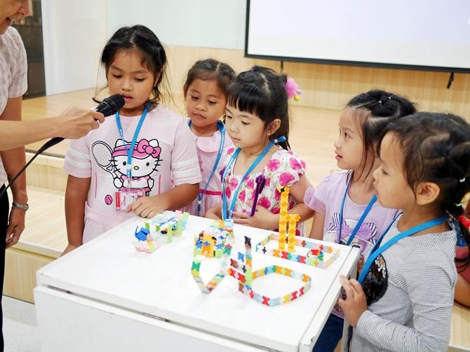 เด็กๆ กำลังนำเสนอผลงานของลาคิวที่ตัวเองได้สร้างขึ้น กำลังเล่าถึงที่มาและความคิดในการสร้างโมเดลลาคิวแบบต่างๆ