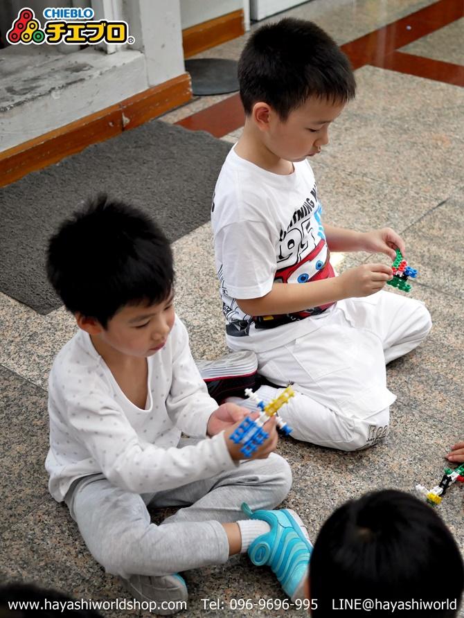 น้อง 2 คนใช้ตัวต่อจิเฮโบะสร้างเป็นสิ่งต่างๆ ได้เร็วมาก