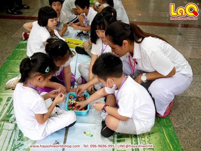 คุณครูมาช่วยสอนเด็กๆ เล่นตัวต่อลาคิว