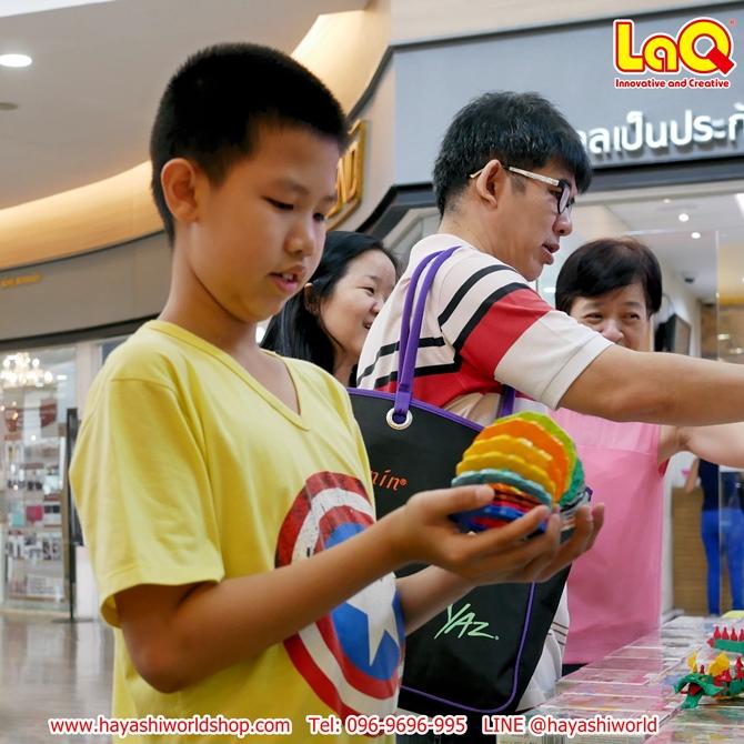 น้องคนนี้กำลังสนุกกับการเล่นโมเดลสปริงที่ทำจากตัวต่อ ลาคิว LaQ