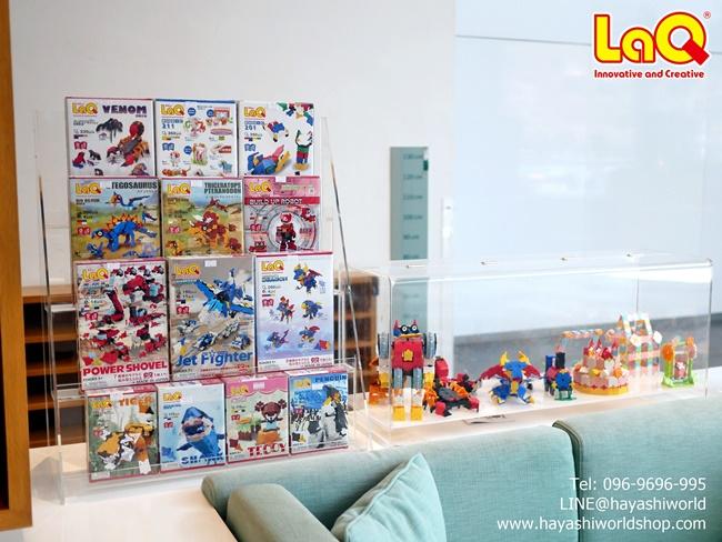 อีกมุมหนึ่งของชั้นวางแสดงสินค้าของตัวต่อเสริมทักษะลาคิว LaQ จากญี่ปุ่น ใกล้บริเวณทางเข้าร้าน Open House