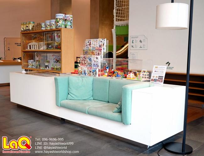 จุดวางจำหน่ายตัวต่อเสริมพัฒนาการเด็ก ลาคิว LaQ ตรงโซฟาด้านหน้าทางเข้าร้าน Open House ที่จุดนี้จะมีเห็นตู้โชว์โมเดลของลาคิวด้วย