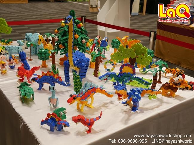 บรรดาโมเดลไดโนเสาร์พันธุ์ต่างๆ ที่ทำจากของเล่นตัวต่อเสริมพัฒนาการเด็กลาคิว (LaQ) ที่นำมาจัดแสดงที่บูธของ รักลุก SELECT ในงาน Tales and Plays ภายในห้อง West Gate Hall