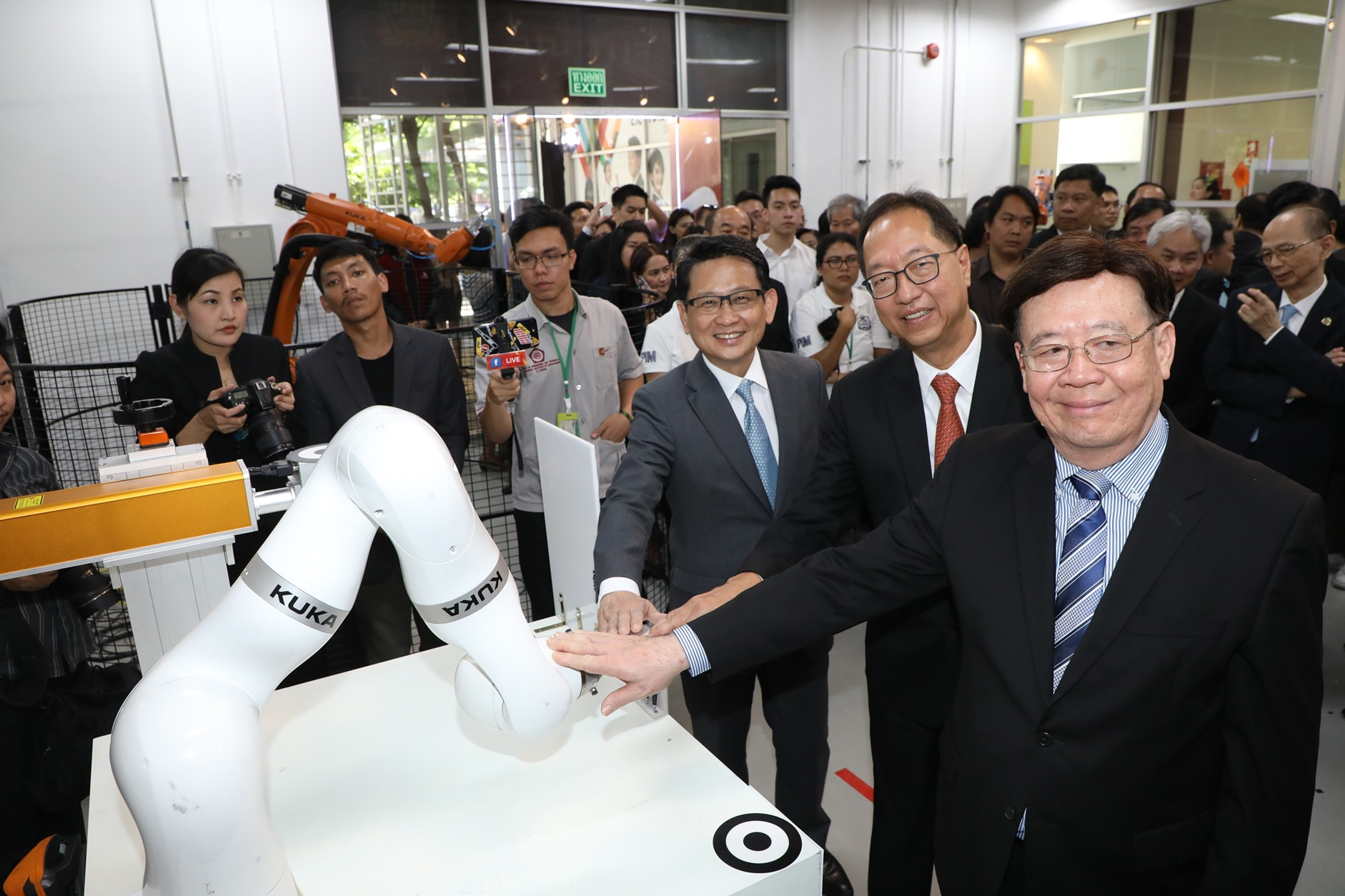 พีไอเอ็ม ทุ่ม 50 ล้าน เปิดศูนย์นวัตกรรมหุ่นยนต์ฯ