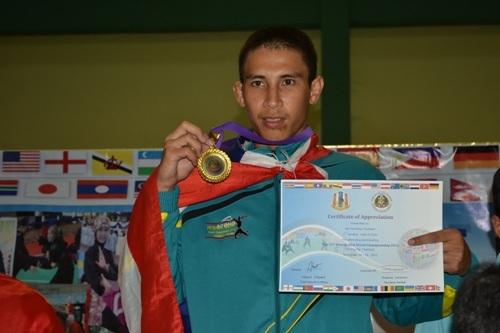 นายพรเทพ พูลแก้ว อายุ 21 ปี นักกีฬาปันจักสีลัตทีมชาติไทย สามารถคว้าเหรียญทองคลาสดี รุ่นน้ำหนักไม่เกิน 65 กิโลกรัม ในการแข่งขันเมื่อ 26 พ.ย. 55