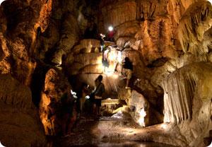 ปีนถ้ำชมความงานของถ้ำสวรรค์บันดาล