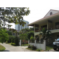 Detached house 2 bed 3 bath, maid quater, garden about 150 sq m. 5-10min walk to MRT station