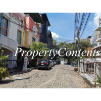 Townhouse 7 Beds 5 bathroom for rent in compound mid of Ekamai soi 12 or Pridi 37