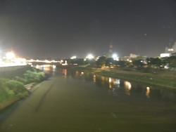 ภาพบรรยากาศแม่น้ำน่านที่ผ่านเมืองพิษณุโลก จึงเรียกว่าเมืองสองแคว ในยามค่ำคืน