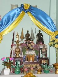 ภายในมีพระบรมรูปพระนเรศวรมหาราช พระเอกาทศรถ และพระพี่นางสุวรรณเทวี